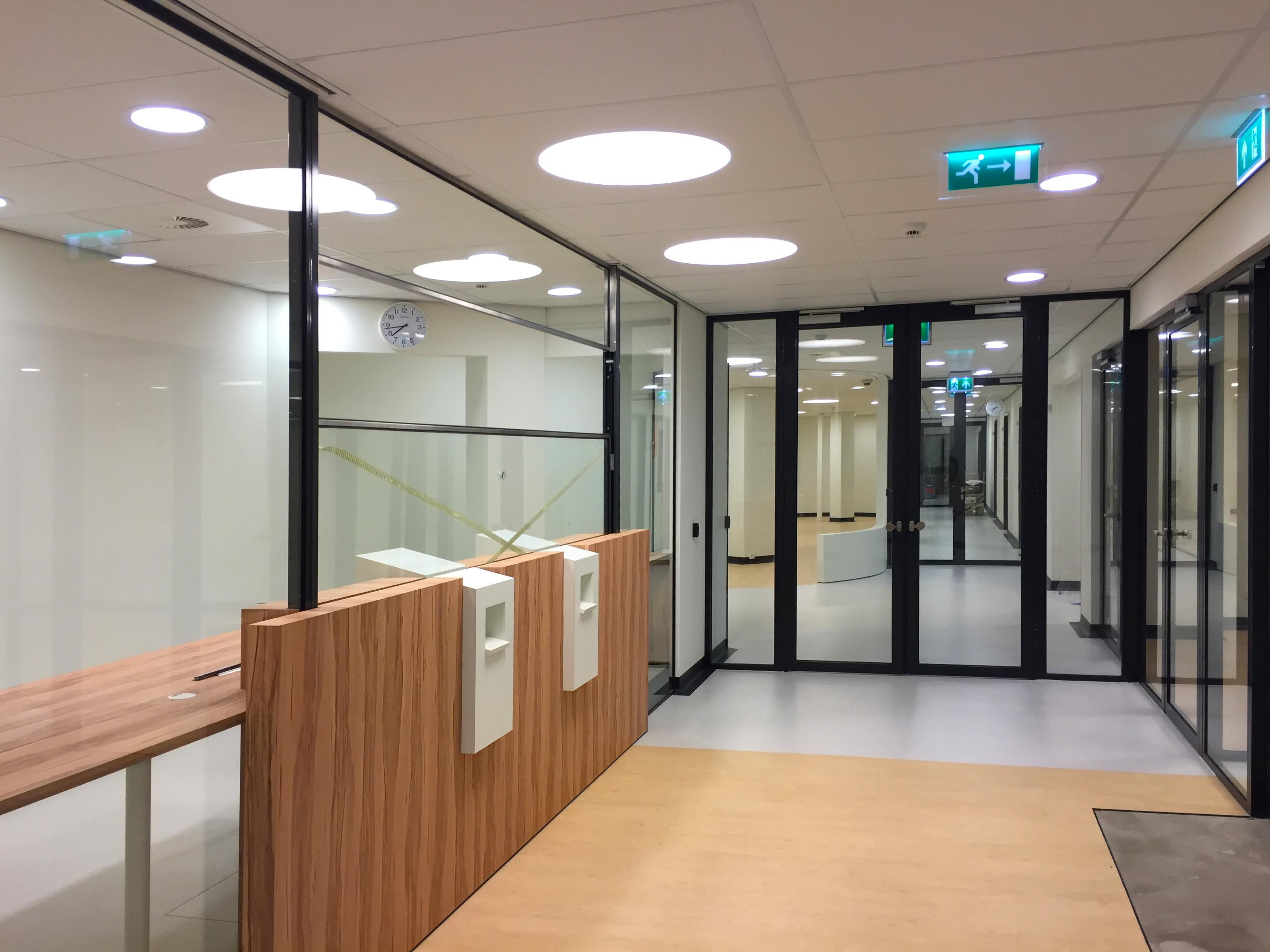 Verlichting Badkamer Plafond : De jong systeemplafonds wanden en verlichting